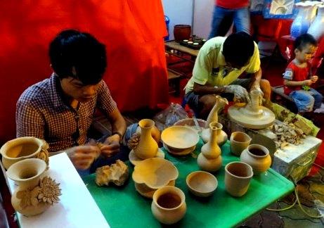 Nghệ nhân làng gốm Bát Tràng thao diễn tay nghề tại Liên hoan
