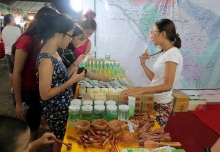 Làng nghề của tỉnh Bến Tre tham gia Liên hoan với các sản phẩm được làm từ cây dừa
