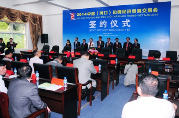 Viet Nam, China sign contracts at trade fair